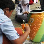 """Dalam rangka melanjutkan program """"Go Green"""", Sekolah Menengah Al Firdaus menyelenggarakan kegiatan massal Mengecat Tempat Sampah Organik dan Anorganik, pada Jumat (11/4) pagi."""