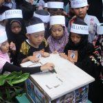Murid SD Al Firdaus melakukan doa bersama serta galang dana untuk Palestin