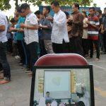 Murid Sekolah Menengah Al Firdaus melakukan sholat gaib untuk korban MH11
