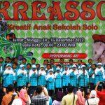 Siswa-siswi Taman Pendidikan Prasekolah (TPP) Al Firdaus menyanyikan lagu medley saat memeriahkan kegiatan Kreatif Anak Sekolah Surakarta (Kreasso) 2012 di Halaman Kompleks Balaikota Surakarta, Sabtu (15/12).